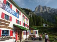 Il Rifugio De Gasperi preparato ad accogliere i corsi.